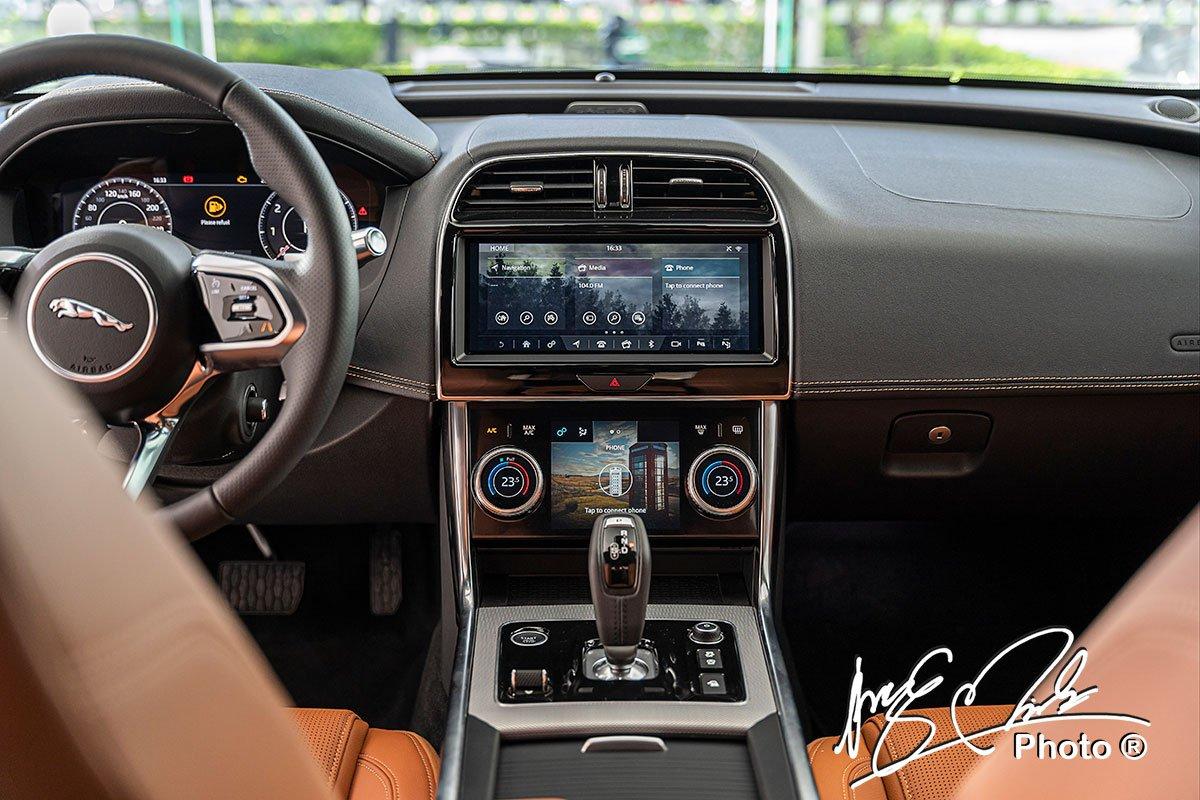 Bảng điều khiển trung tâm của Jaguar XE 2020 được lấy cảm hứng từ mẫu I-Pace.