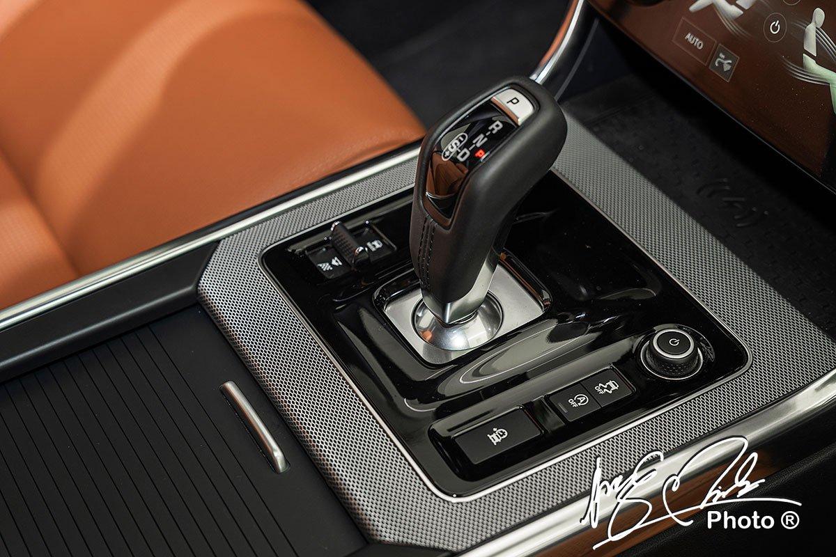 Cần số thể thao trên Jaguar XE 2020 thay thế cho núm xoay của phiên bản tiền nhiệm.