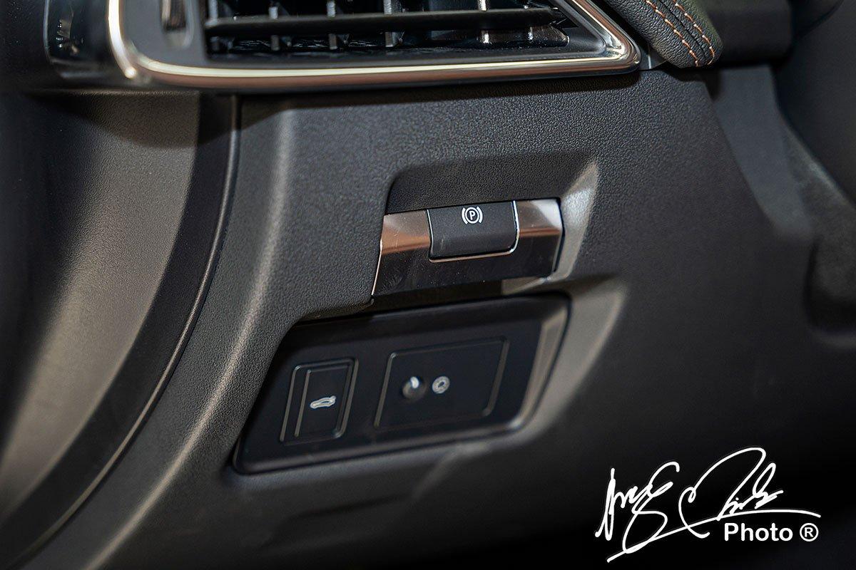 Hệ thống phanh tay điện tử trên Jaguar XE 2020 bố trí ở bên trái của người lái.
