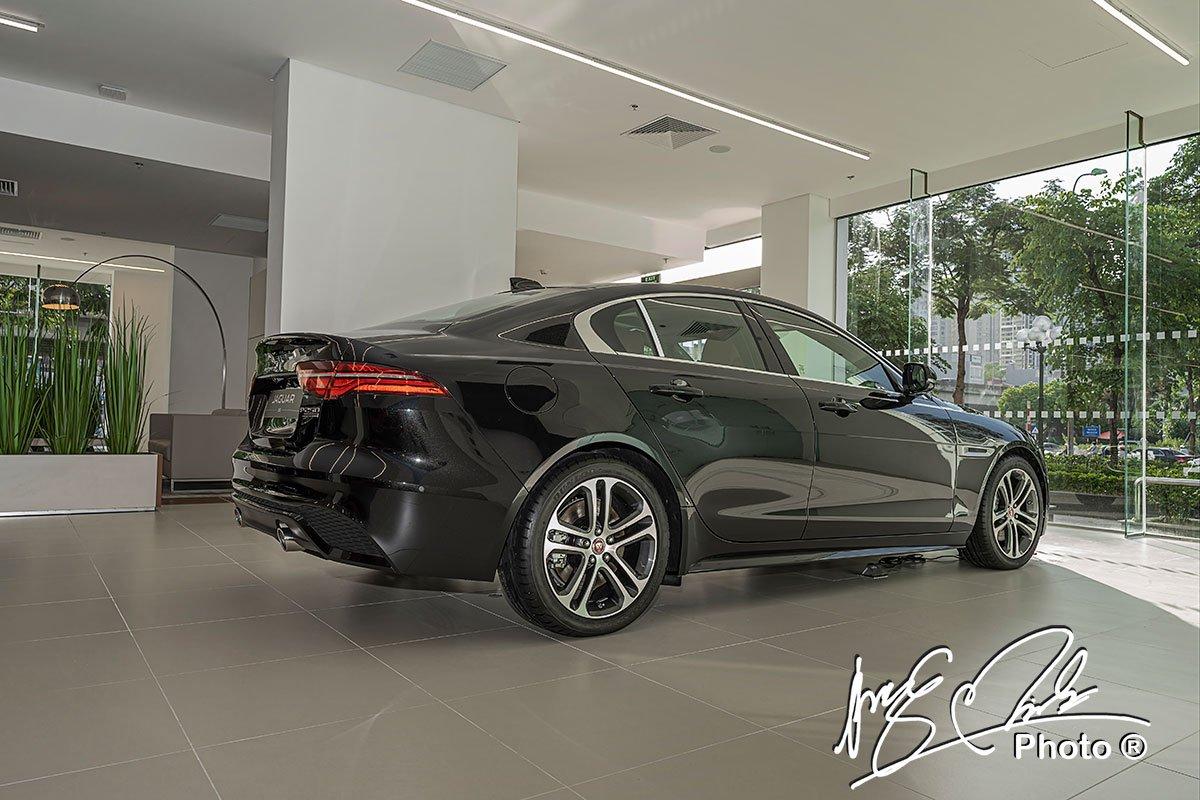 Hệ thống treo của Jaguar XE 2020 có thể tùy chọn trang bị giảm xóc thích ứng.