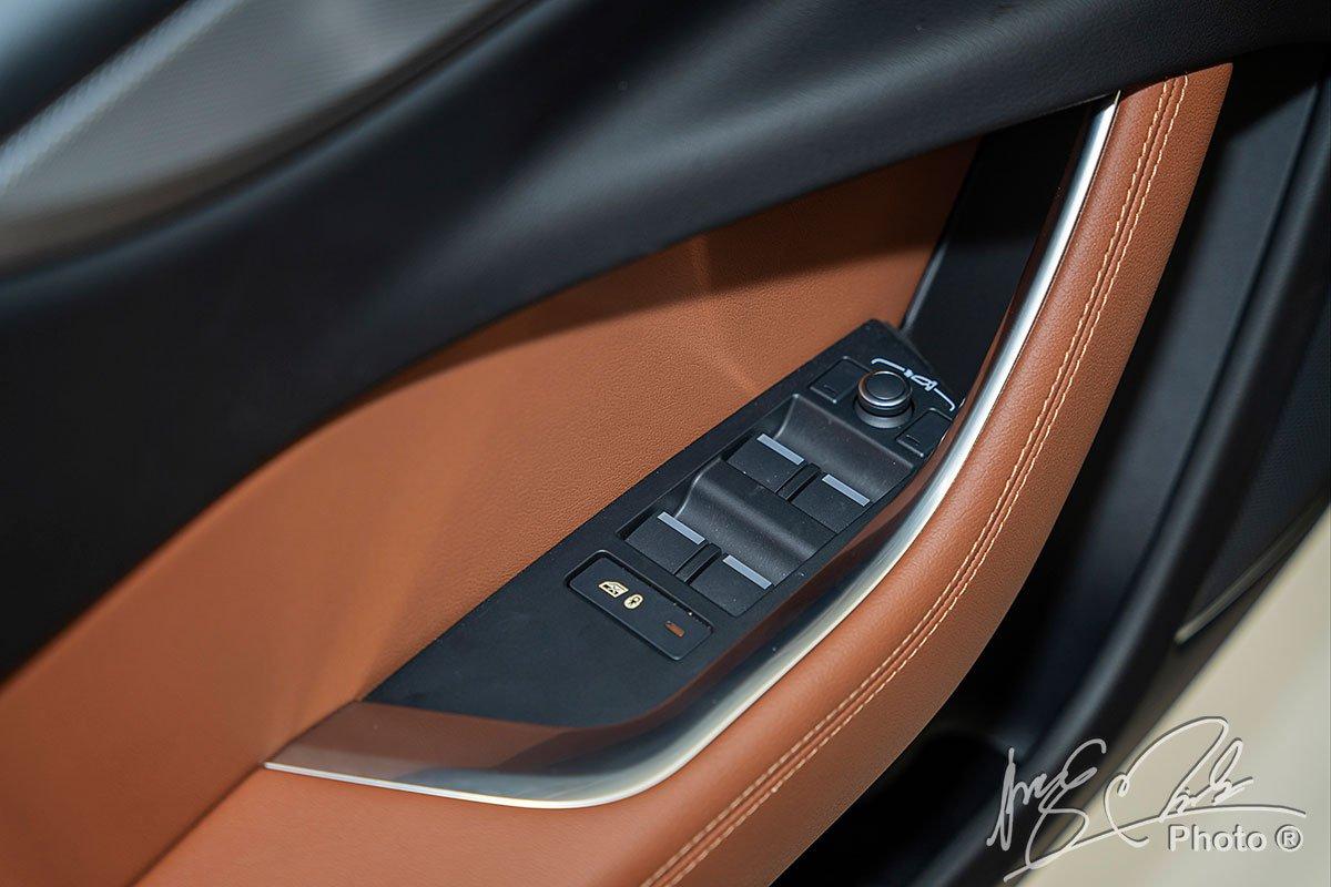 Khu vực điều chỉnh nâng hạ kính của Jaguar XE 2020 đã được bố trí hợp lý hơn.