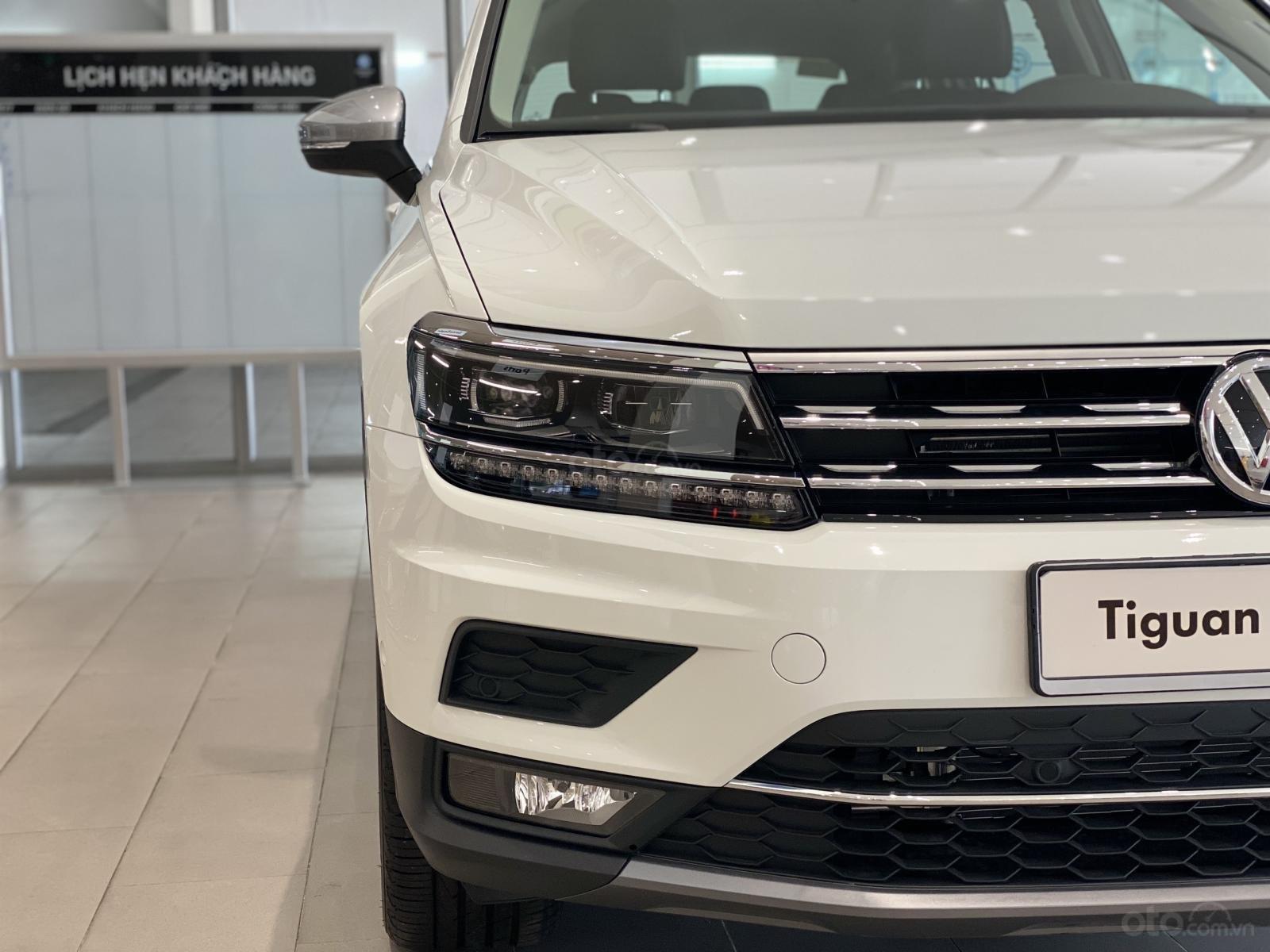 Volkswagen Tiguan Luxury Topline màu trắng, nâng cấp sang trọng - SUV 7 chỗ nhập khẩu - KM tháng ngâu lên đến 170 triệu (4)
