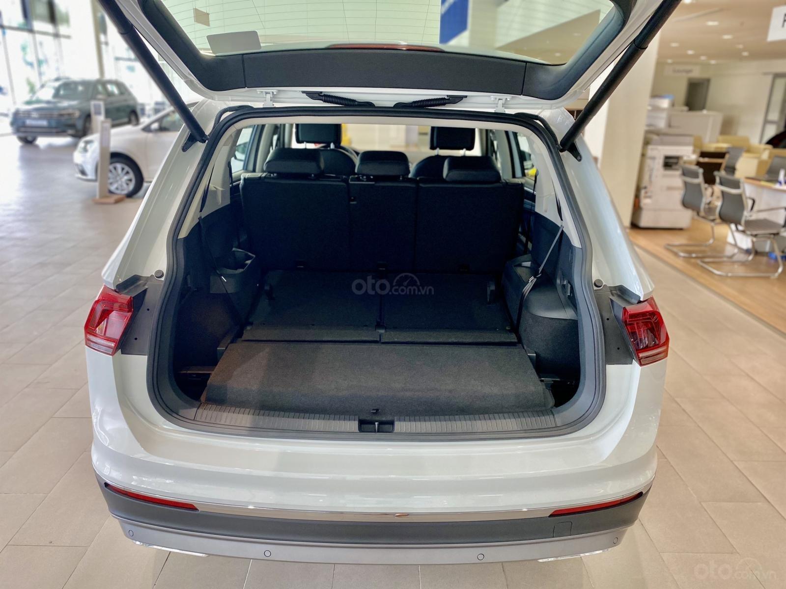 Volkswagen Tiguan Luxury Topline màu trắng, nâng cấp sang trọng - SUV 7 chỗ nhập khẩu - KM tháng ngâu lên đến 170 triệu (5)