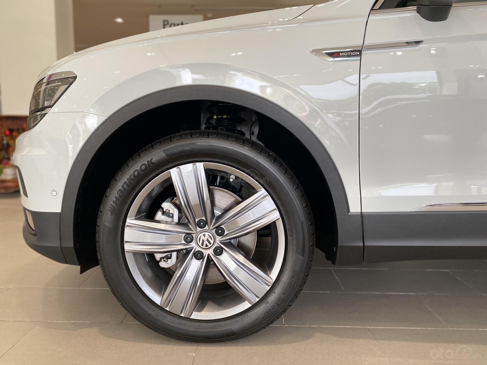 Volkswagen Tiguan Luxury Topline màu trắng, nâng cấp sang trọng - SUV 7 chỗ nhập khẩu - KM tháng ngâu lên đến 170 triệu (11)