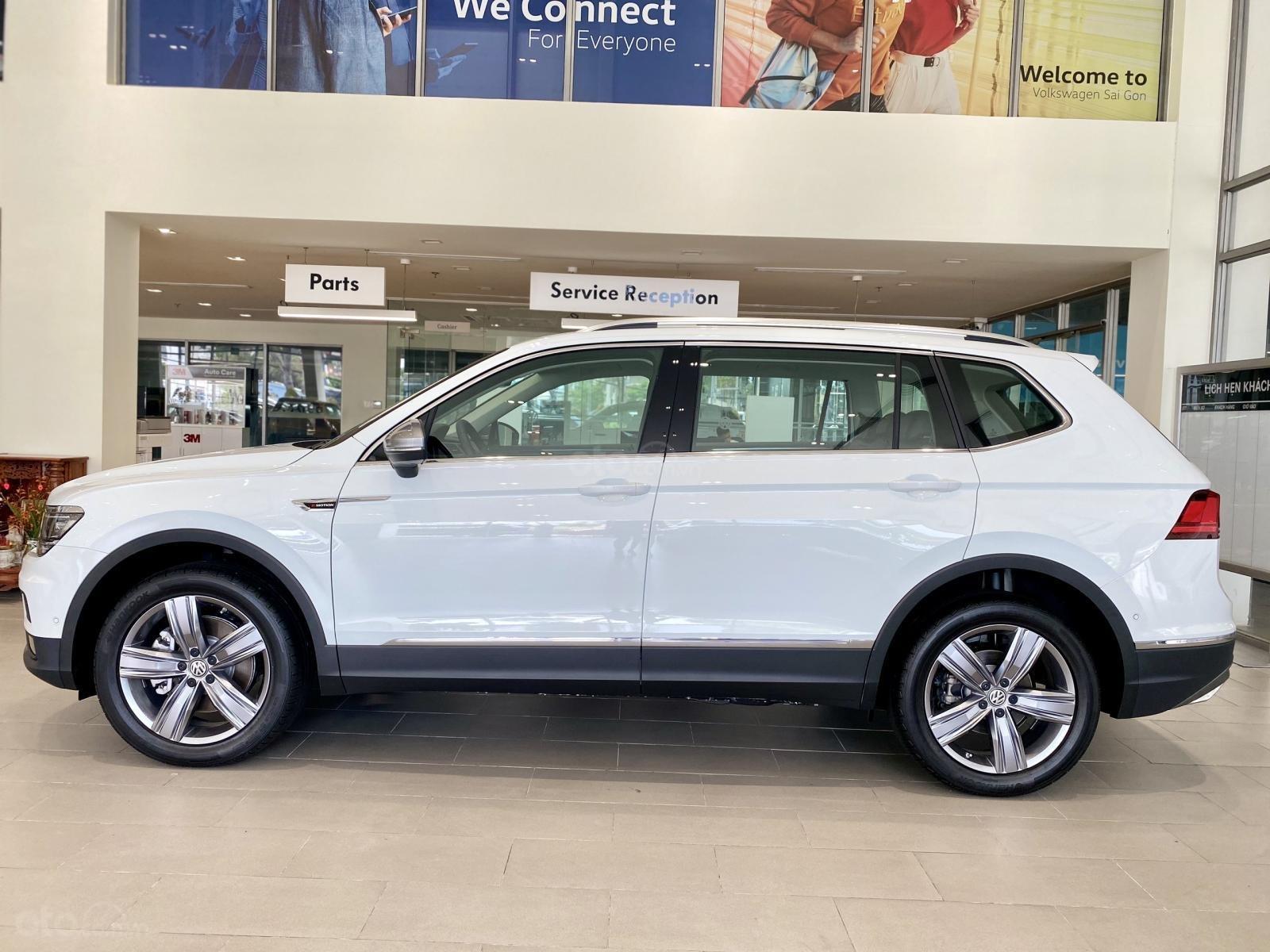 Volkswagen Tiguan Luxury Topline màu trắng, nâng cấp sang trọng - SUV 7 chỗ nhập khẩu - KM tháng ngâu lên đến 170 triệu (12)