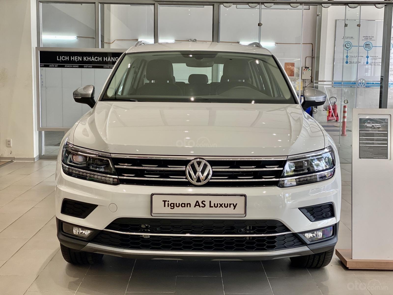 Volkswagen Tiguan Luxury Topline màu trắng, nâng cấp sang trọng - SUV 7 chỗ nhập khẩu - KM tháng ngâu lên đến 170 triệu (1)