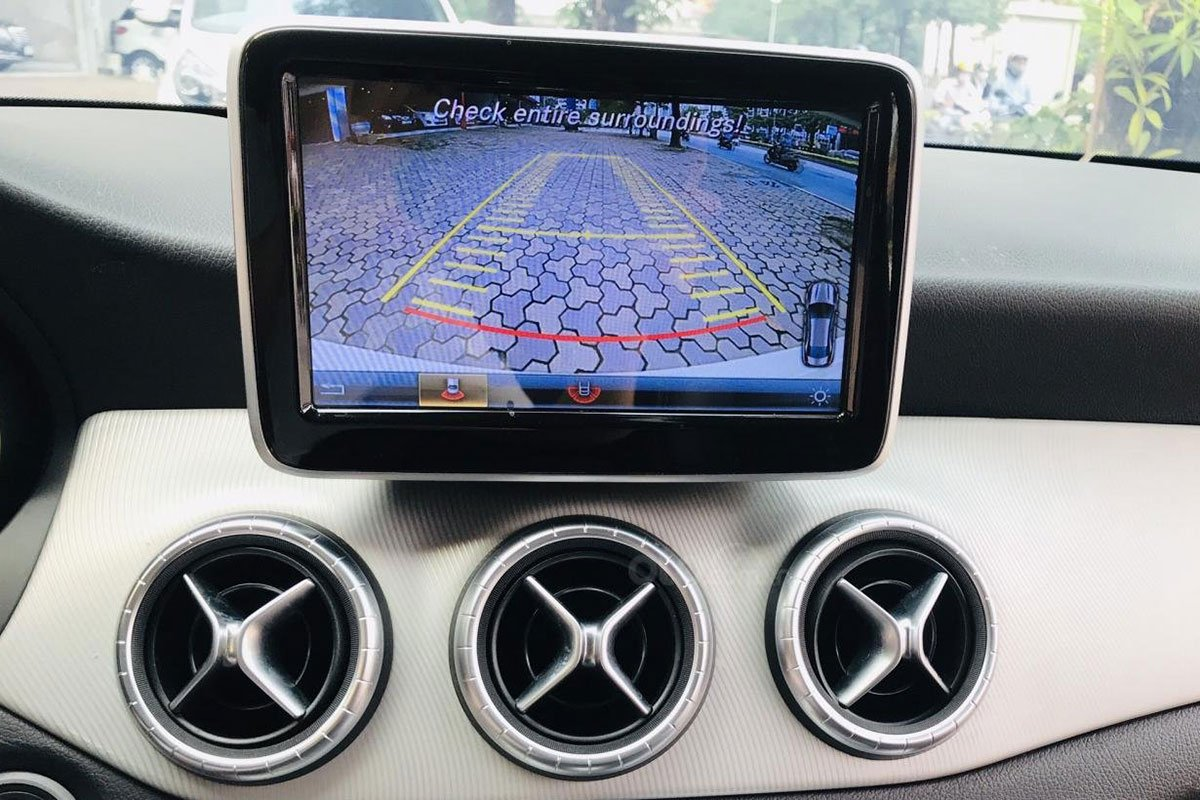 Màn hình hiển thị tích hợp camera lùi trên xe Mercedes-Benz CLA 200 2017 1