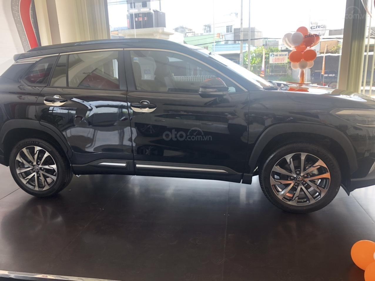 Bán Toyota Corolla Cross 1.8V màu đen giao ngay (2)