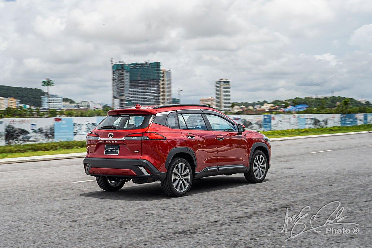 Ưu nhược điểm xe Toyota Corolla Cross 2020 1.8V mới bán tại Việt Nam a4