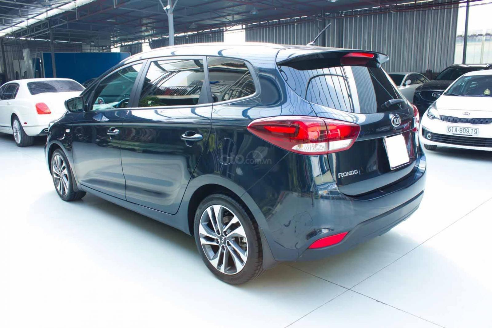 Bán xe Kia Rondo số sàn, màu xanh dương, một chủ cực đẹp mới như xe hãng (11)
