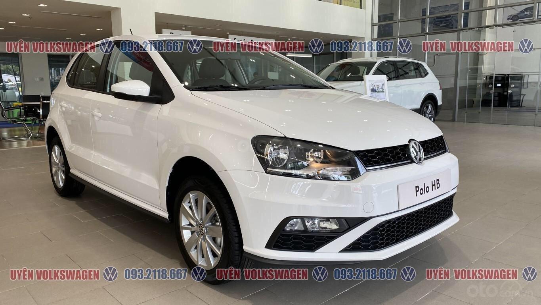Ưu đãi lớn giảm phí trước bạ xe Polo Hatchback màu trắng Ngọc Trinh mới, xe nhỏ gọn tiện dụng, thời trang, LH Ms. Uyên (1)