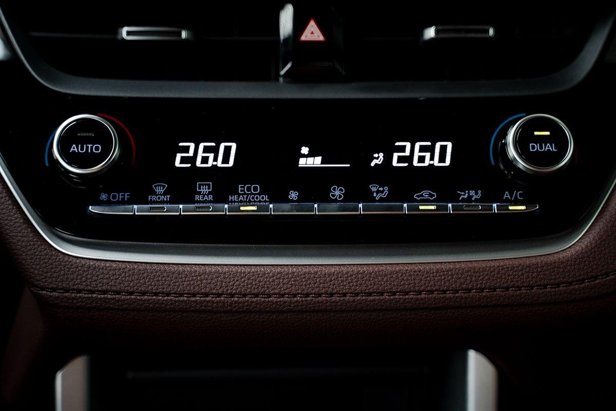 Điều hoà tự động 2 vùng độc lập của Toyota Corolla Cross 1.8HV 2020.