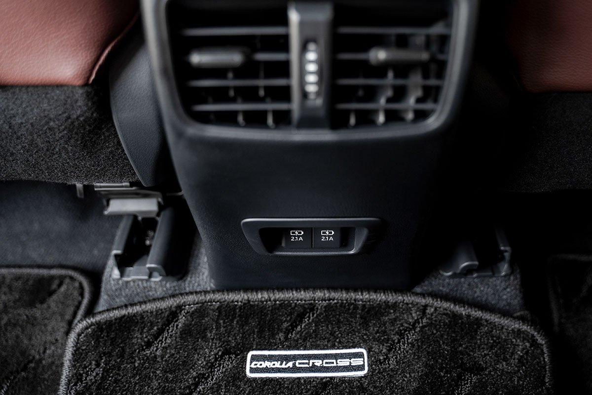 Hai cổng sạc cho hành khách phía sau của Toyota Corolla Cross 1.8HV 2020.