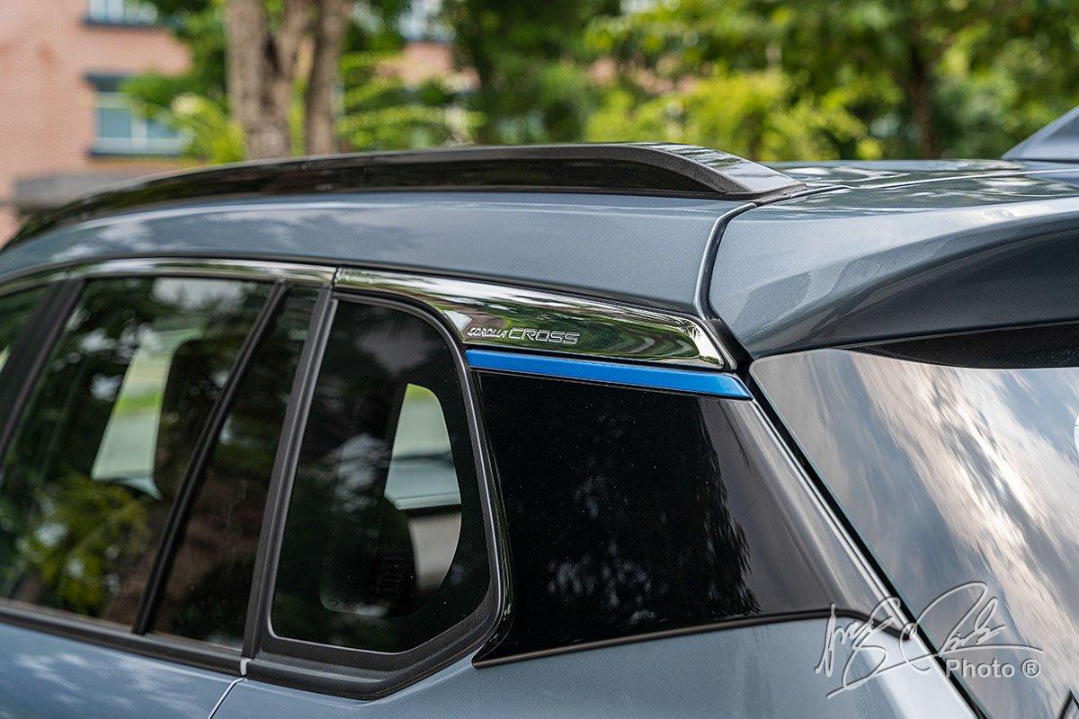 Ốp trang trí phần trụ D trên Toyota Corolla Cross 1.8HV 2020.
