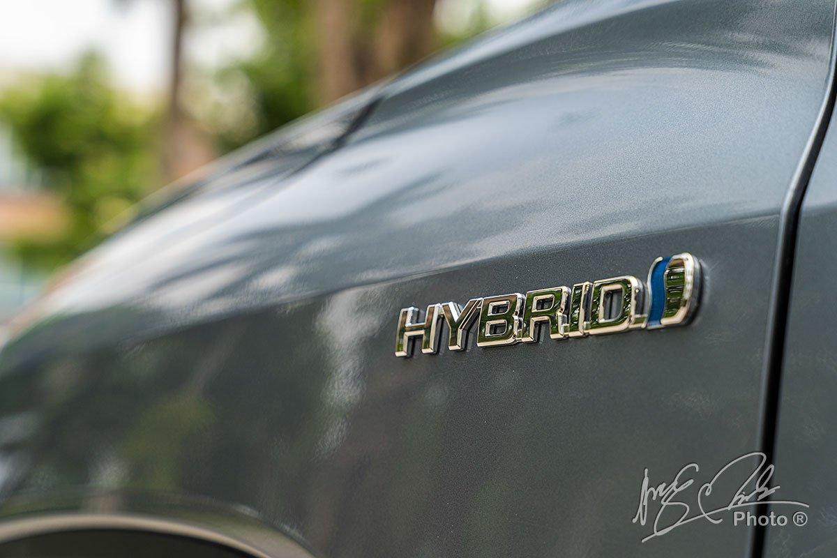 Biểu tượng Hybrid gắn trên hông của Toyota Corolla Cross 1.8HV 2020.