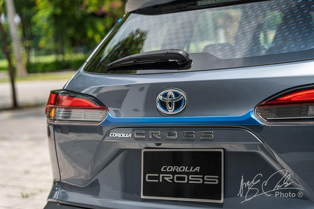Ốp trang phần cửa sau trên Toyota Corolla Cross 1.8HV 2020.