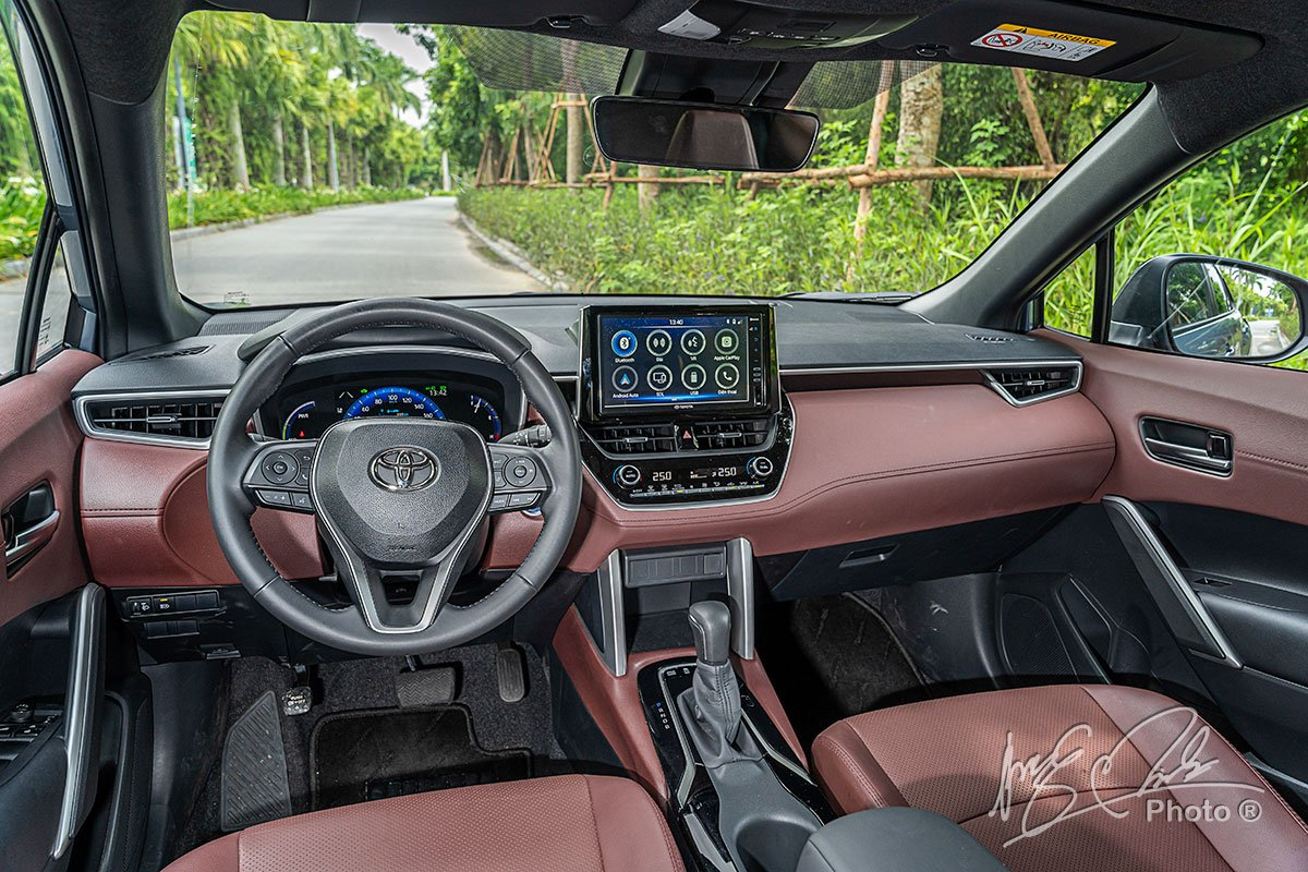 Nội thất của Toyota Corolla Cross 2020 có tuỳ chọn 2 tông màu Đỏ Nâu và Đen.