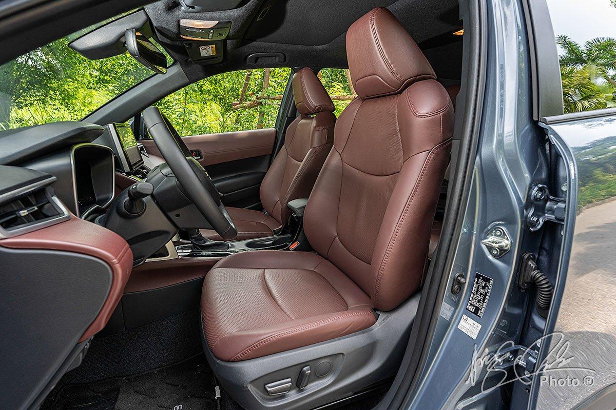 Ghế lái chỉnh điện trên Toyota Corolla Cross 1.8HV 2020.