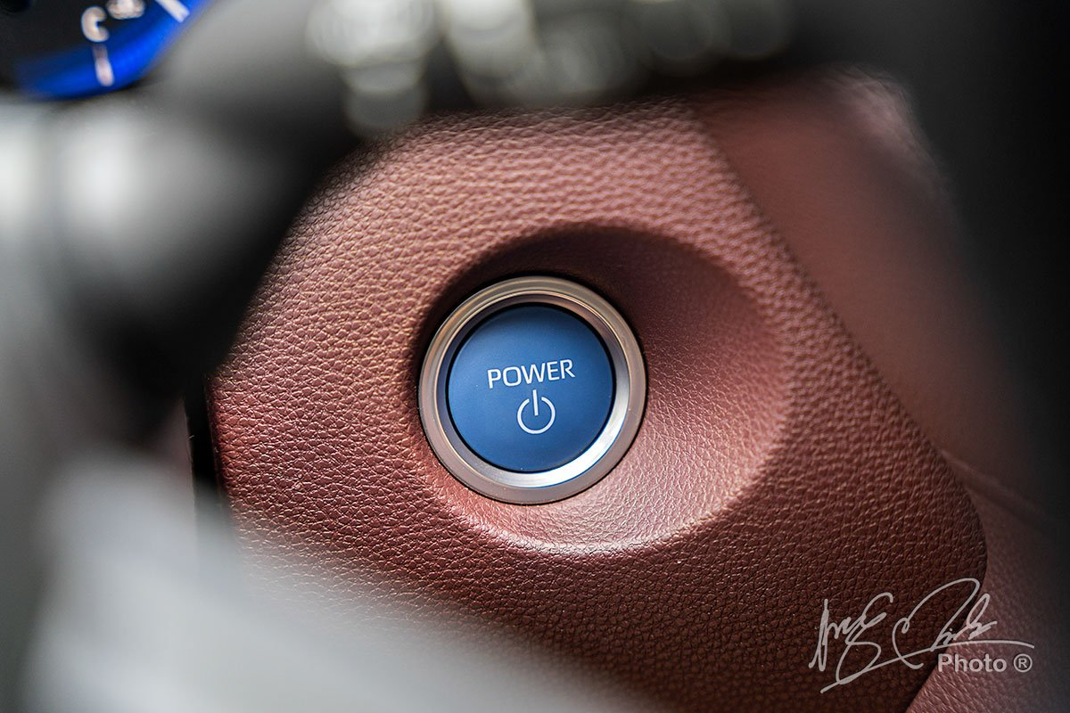 Nút bấm khởi động của Toyota Corolla Cross 1.8HV 2020.