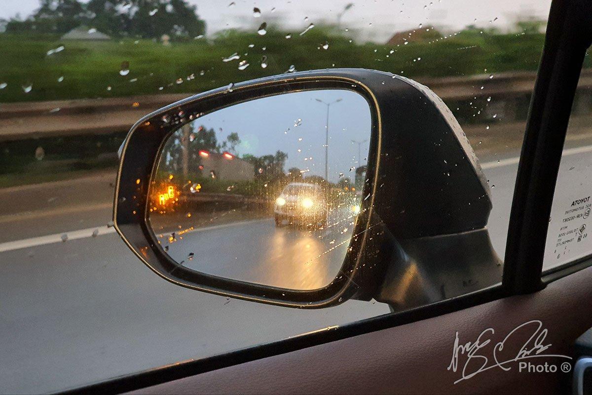 Hệ thống cảnh báo điểm mù trên Toyota Corolla Cross 1.8HV 2020.
