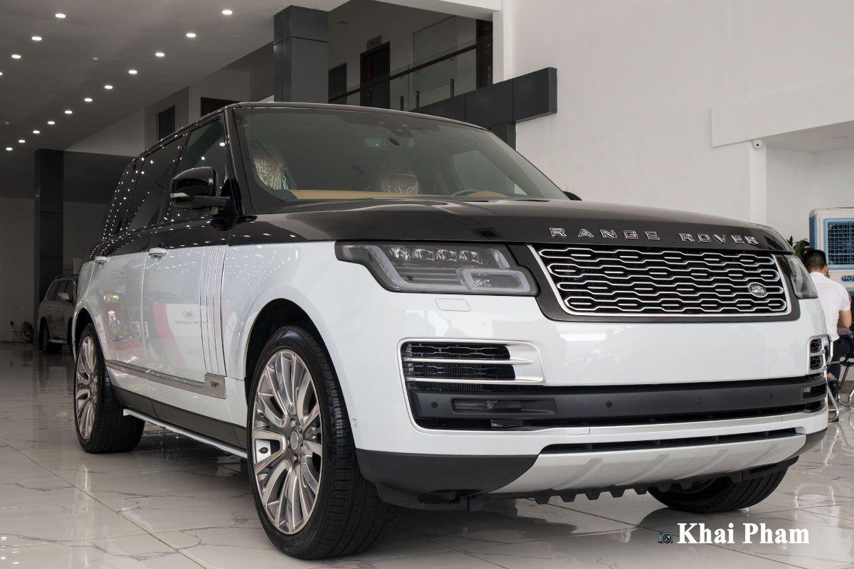 Ảnh đen trắng xe Range Rover SVAutobiography 2020