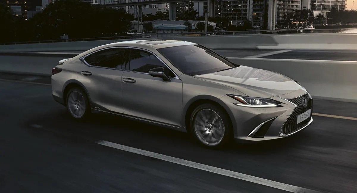 Nhận chìa khóa Lexus ES 300h 2021 Premium Edition với giá 1,06 tỷ đồng.