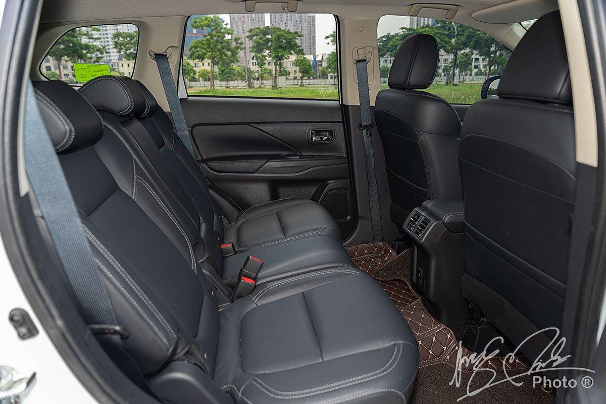 Hàng ghế thứ 2 của Mitsubishi Outlander 2.4 CVT Premium 2020.