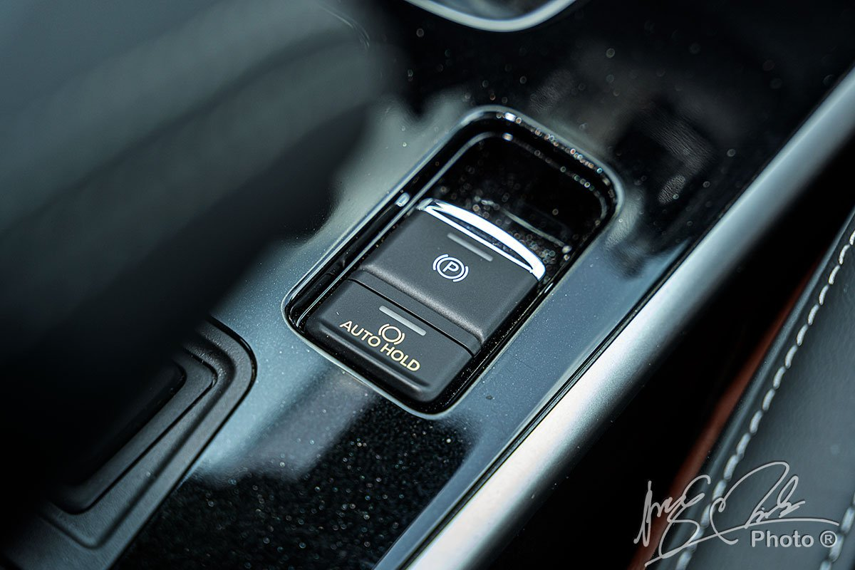 Phanh tay điện tử và giữ phanh tự động trên Mitsubishi Outlander 2.4 CVT Premium 2020.