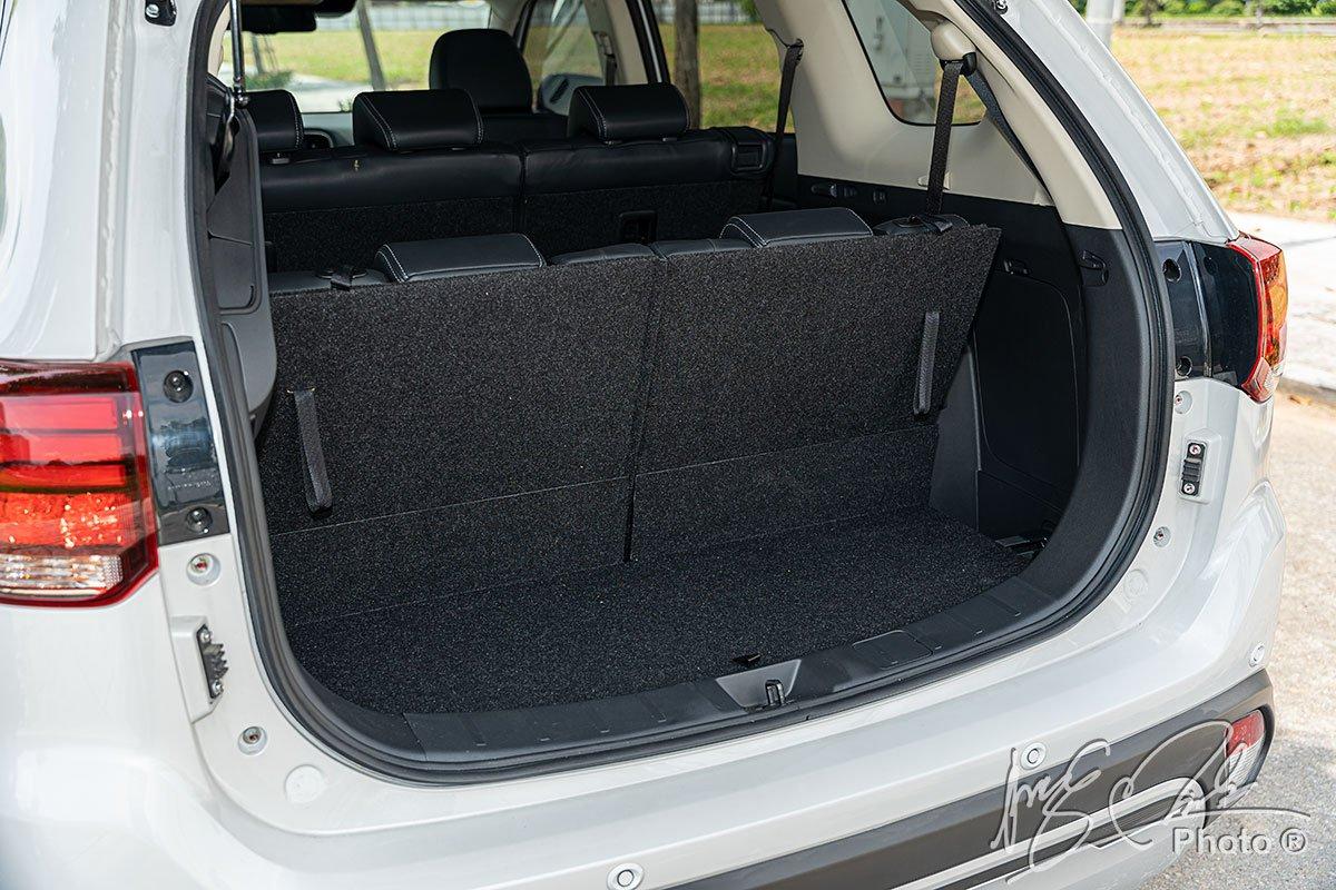 Khoang hành lý khi dùng đủ 7 chỗ của Mitsubishi Outlander 2.4 CVT Premium 2020.