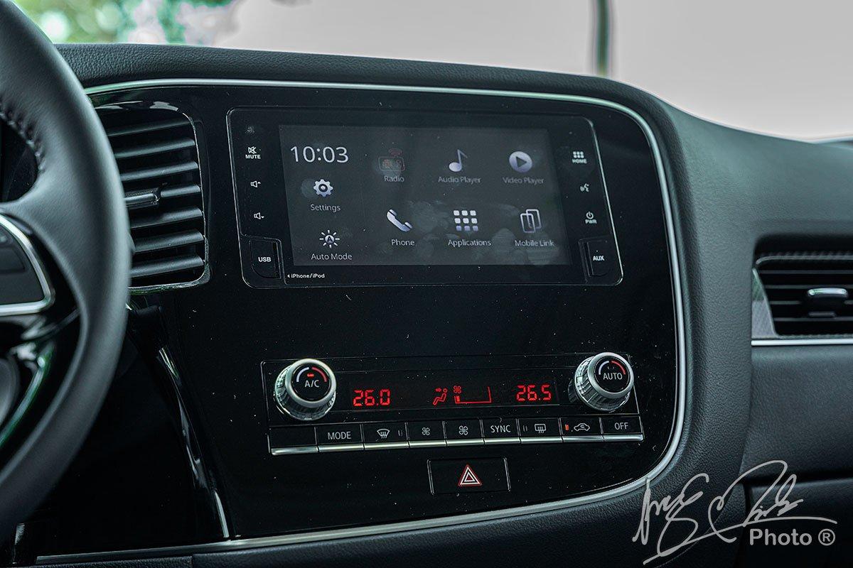 Bảng điều khiển trung tâm của Mitsubishi Outlander 2.4 CVT Premium 2020.