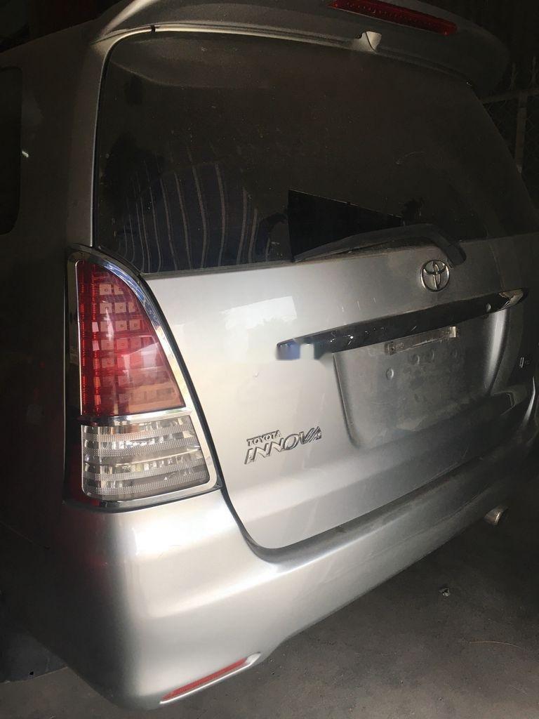 Bán Toyota Innova năm 2010, màu bạc, xe gia đình (7)