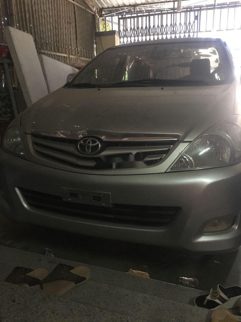 Bán Toyota Innova năm 2010, màu bạc, xe gia đình (1)