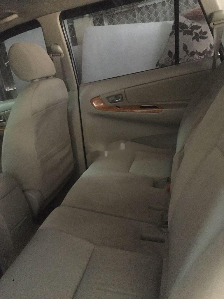 Bán Toyota Innova năm 2010, màu bạc, xe gia đình (6)
