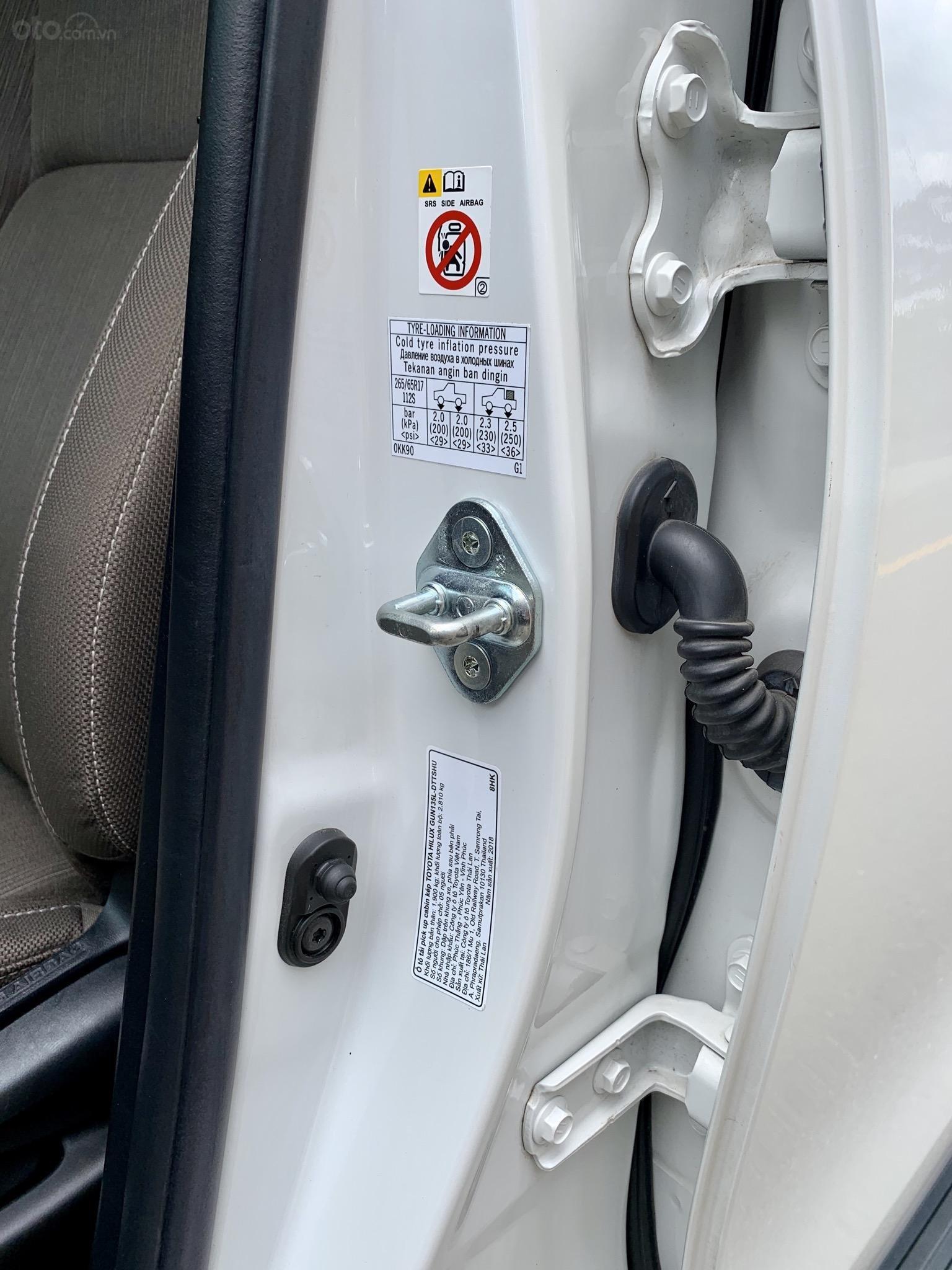Hilux 2.4E dầu, tự động, một cầu. Mới và zin như xe thùng, đi 11000 km (4)