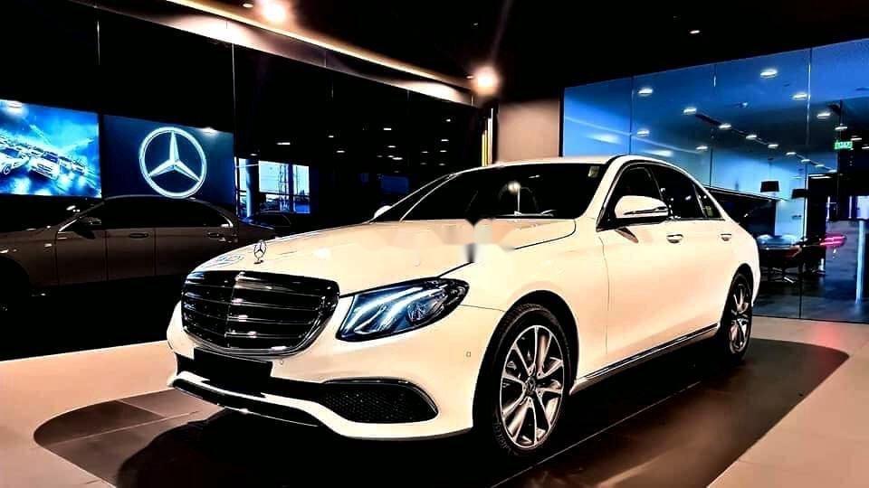 Bán xe Mercedes E200 Exclusive sản xuất 2020, màu trắng, mới hoàn toàn (1)