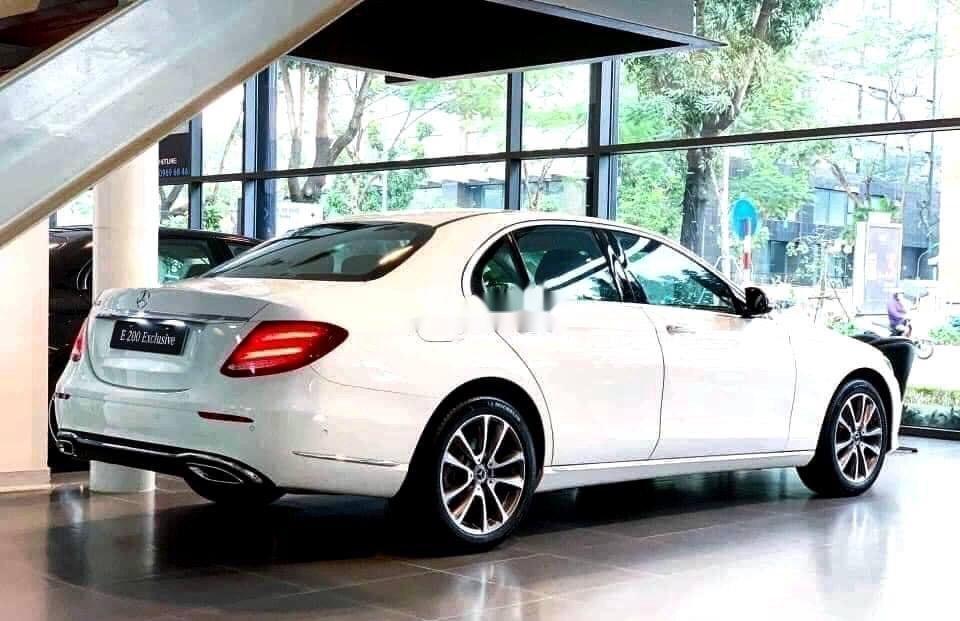 Bán xe Mercedes E200 Exclusive sản xuất 2020, màu trắng, mới hoàn toàn (2)