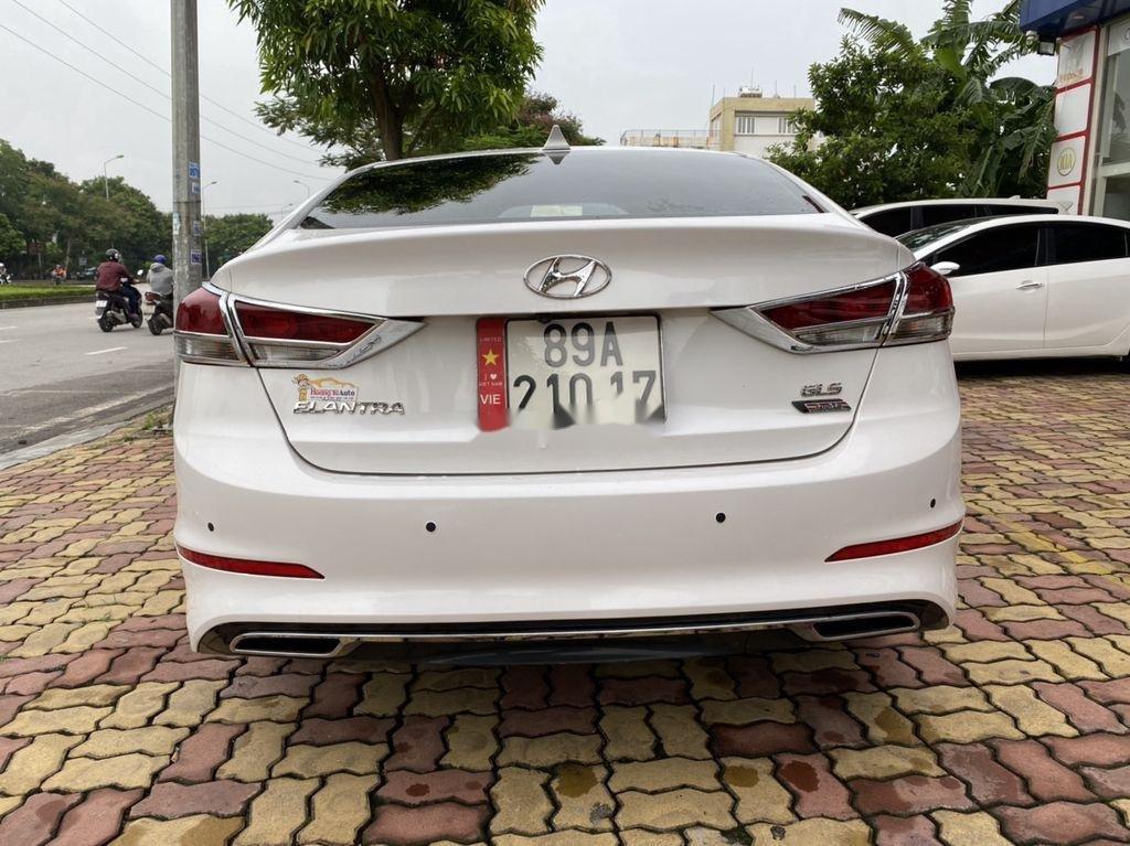 Cần bán lại xe Hyundai Elantra sản xuất năm 2017, màu trắng  (4)