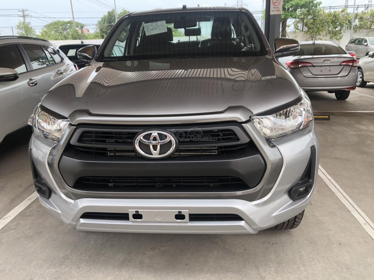 Bán Toyota Hilux số sàn 2.4 mẫu 2021, giao xe ngay- Khuyến mãi giảm tiền mặt (1)