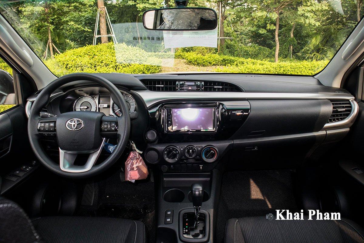 Ảnh chính diện Khoang lái xe Toyota Hilux 2020