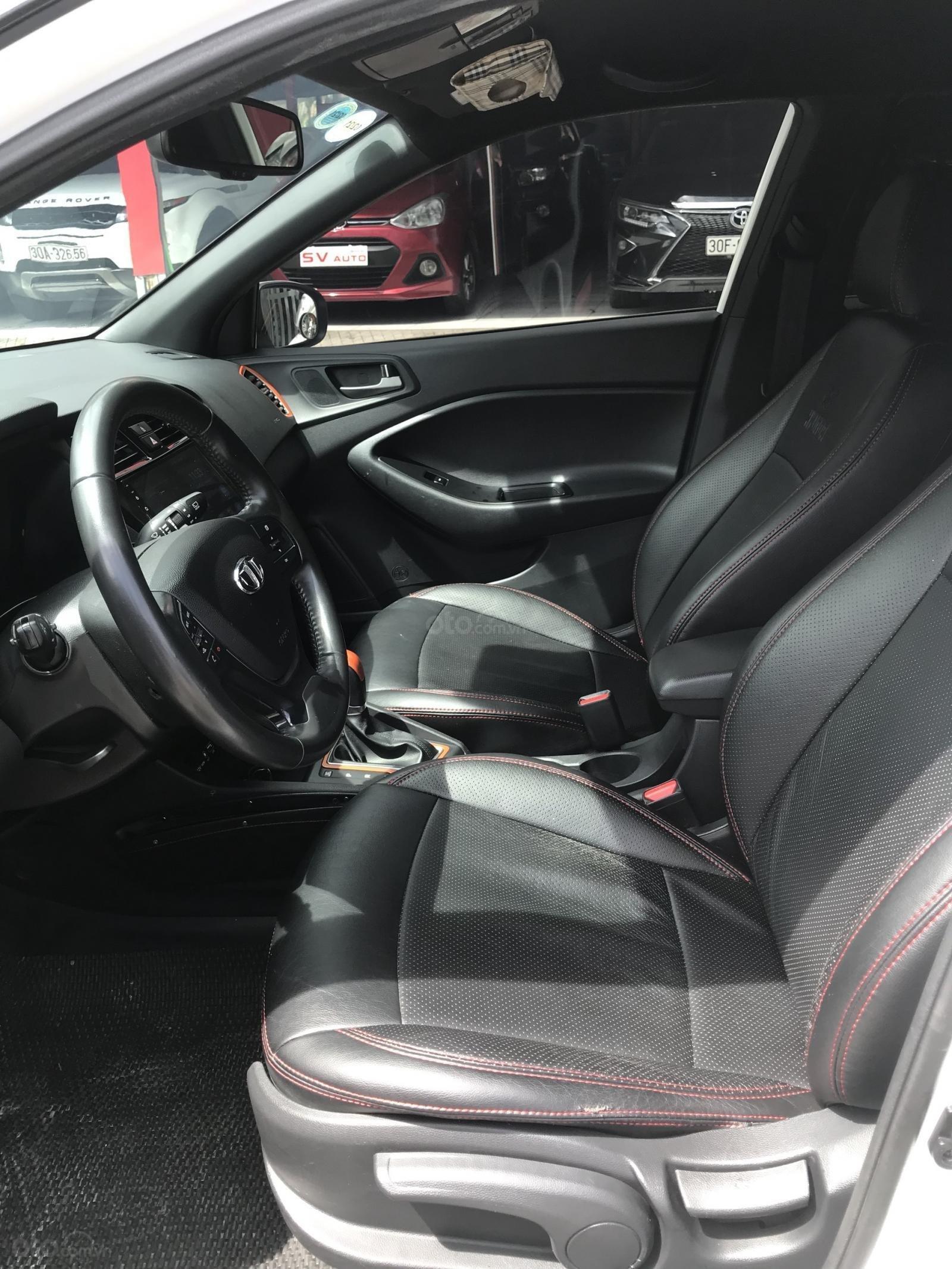 Không gian hàng ghế trước xe Hyundai i20 Active 2015 1