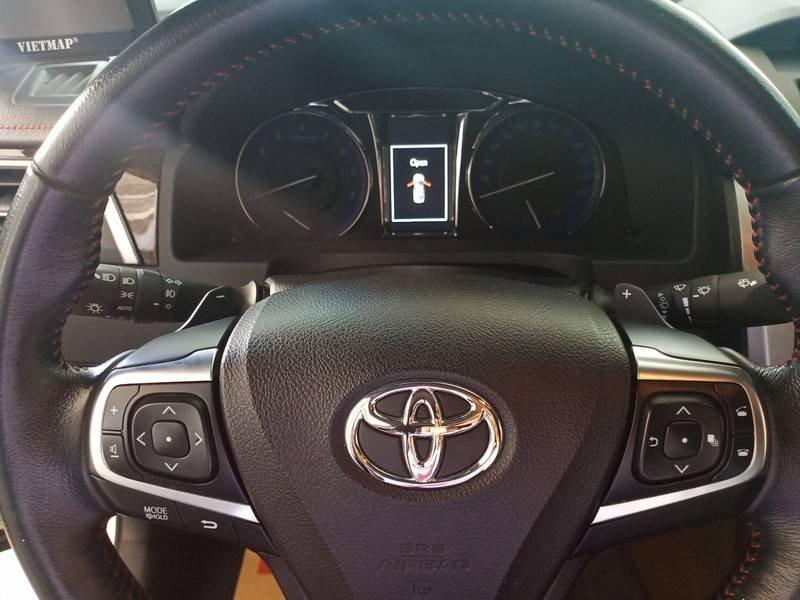 Cần bán xe Toyota Camry năm sản xuất 2016, màu ghi vàng, giá tốt (21)