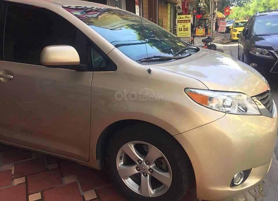 Cần bán xe Toyota Sienna 2010, màu ghi vàng, xe nhập (2)