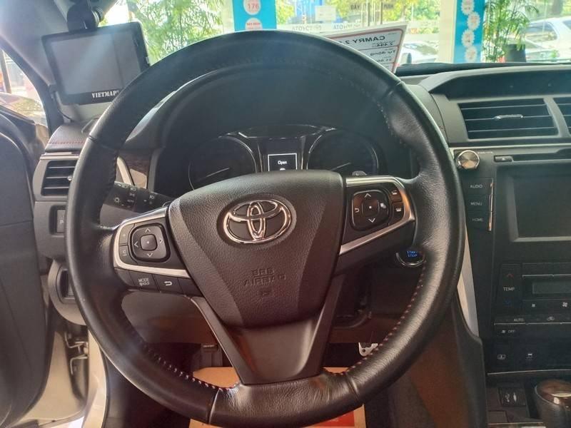 Cần bán xe Toyota Camry năm sản xuất 2016, màu ghi vàng, giá tốt (20)