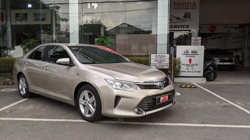 Cần bán xe Toyota Camry năm sản xuất 2016, màu ghi vàng, giá tốt (5)