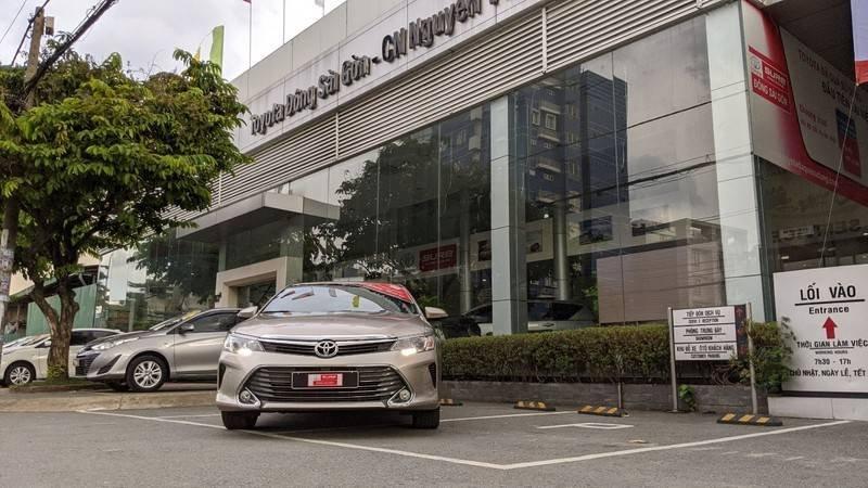 Cần bán xe Toyota Camry năm sản xuất 2016, màu ghi vàng, giá tốt (3)