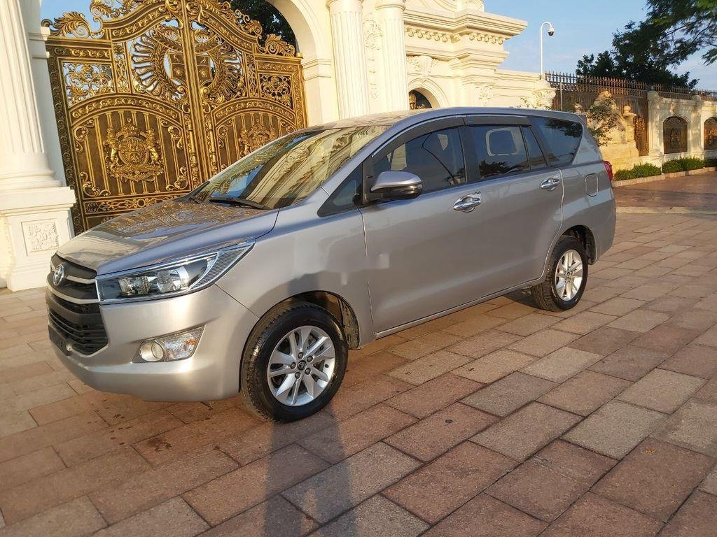 Cần bán xe Toyota Innova năm sản xuất 2018, màu bạc (2)