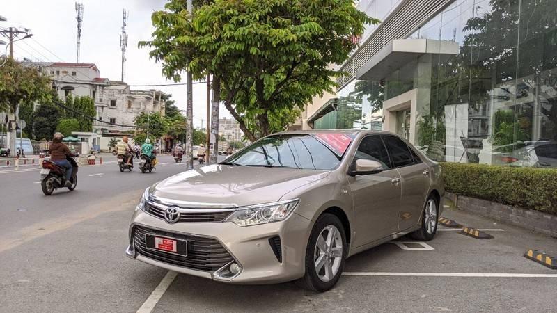 Cần bán xe Toyota Camry năm sản xuất 2016, màu ghi vàng, giá tốt (1)