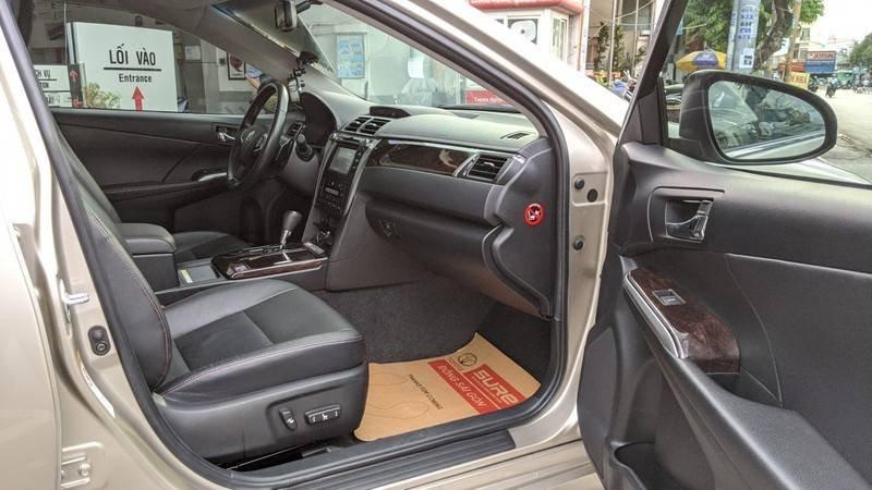 Cần bán xe Toyota Camry năm sản xuất 2016, màu ghi vàng, giá tốt (10)