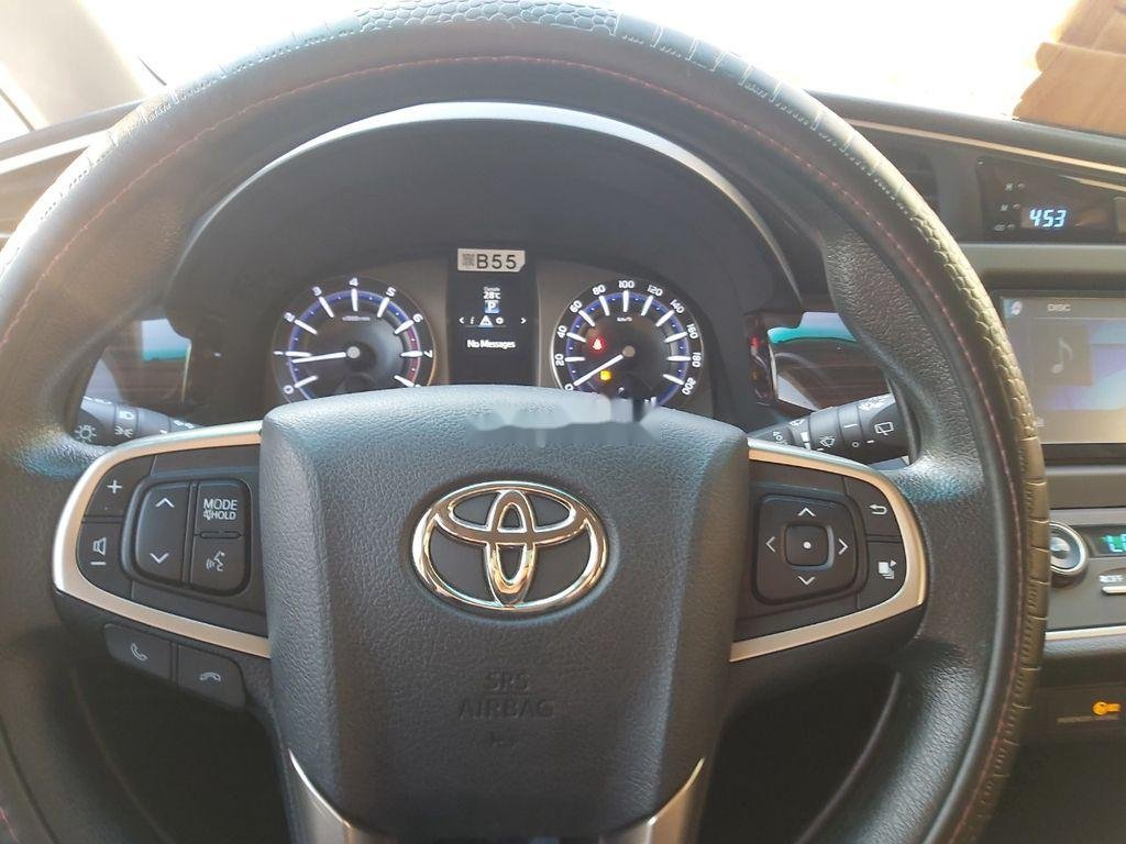Cần bán xe Toyota Innova năm sản xuất 2018, màu bạc (10)