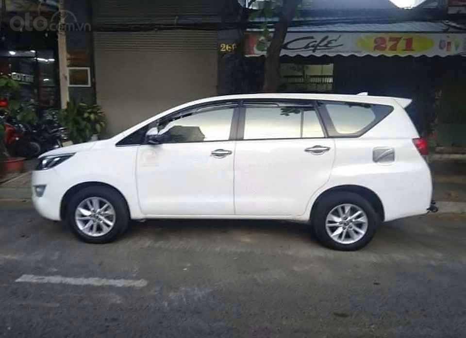 Cần bán xe Toyota Innova sản xuất 2018, màu trắng xe gia đình (1)